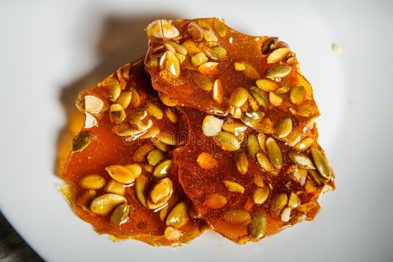 macropompoenzaden in gekarameliseerd suikerdessert royalty-vrije stock afbeeldingen