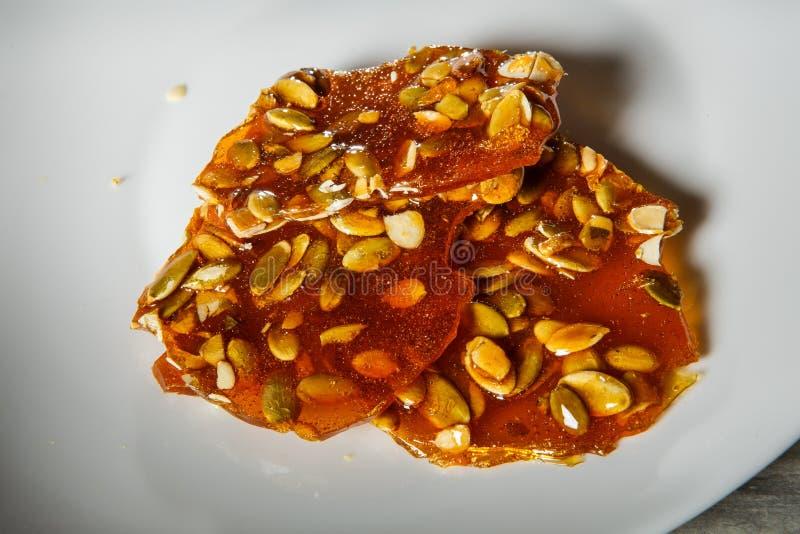 macropompoenzaden in gekarameliseerd suikerdessert stock foto
