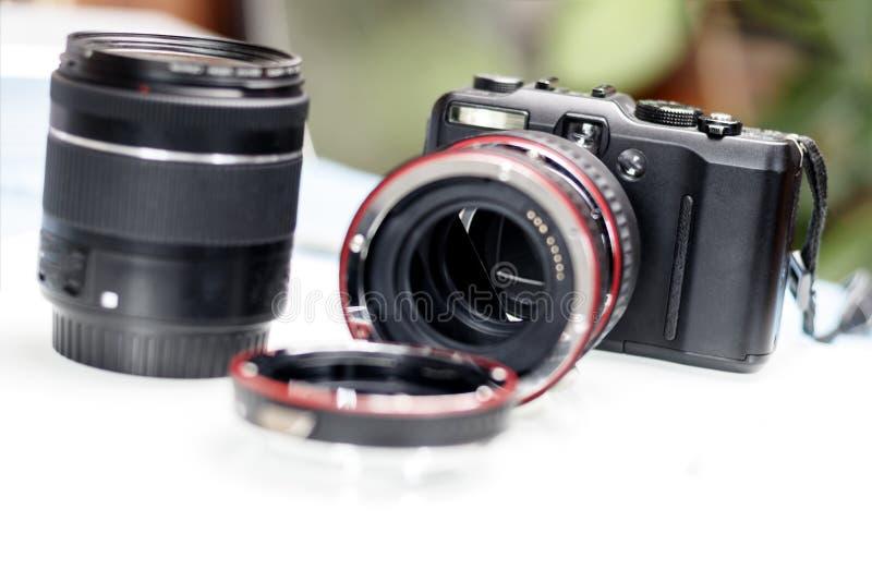 macroring voor de lens verhogingsnadruk Er zijn een camera en een lens Ondiepe diepte van besnoeiing stock fotografie