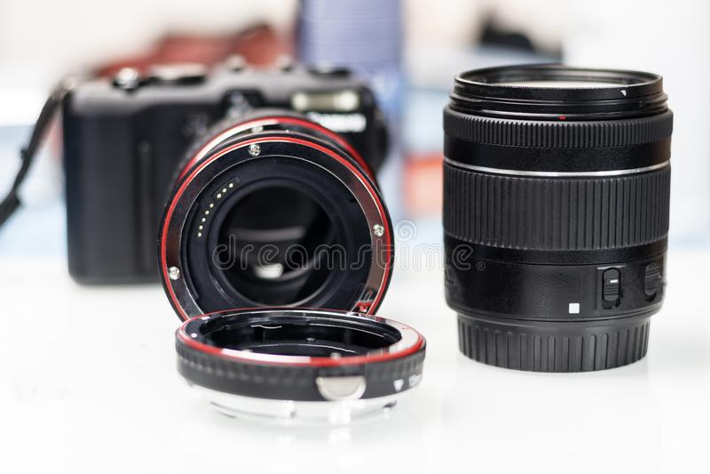 macroring voor de lens verhogingsnadruk Er zijn een camera en een lens Ondiepe diepte van besnoeiing stock afbeeldingen