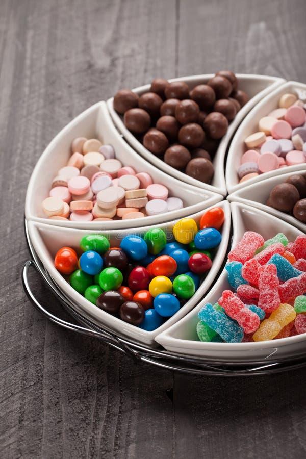 Macroschot van grote die container met suikergoed wordt gevuld stock afbeelding