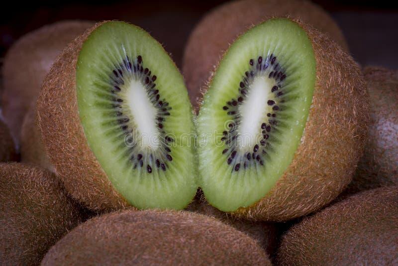 Macroschot van het fruit van de spleetkiwi stock fotografie