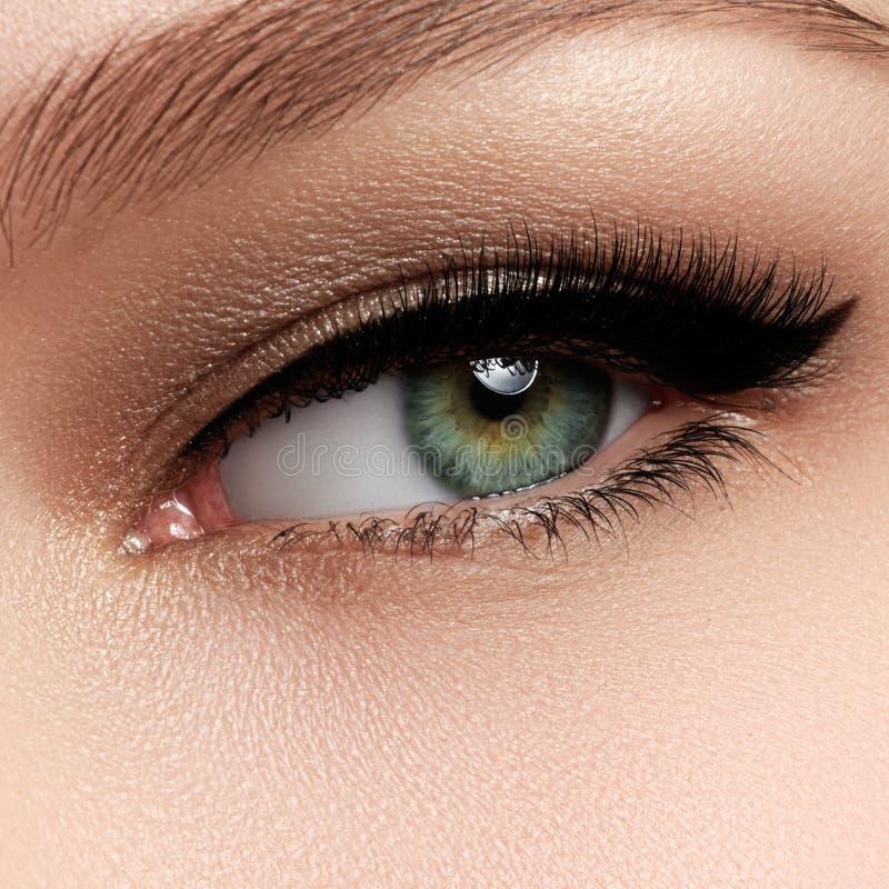 Macroschot van vrouwen` s mooi oog met uiterst lang eyelashe royalty-vrije stock foto's
