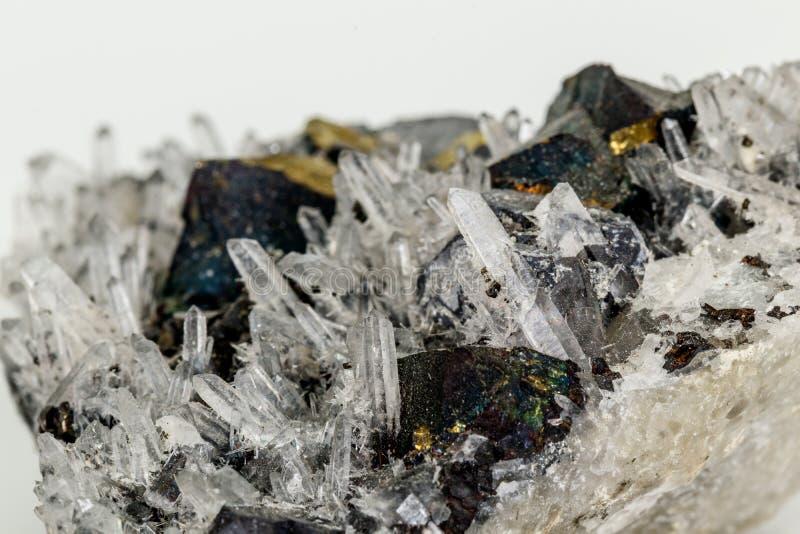 Macrosteen minerale Pyrrhotite, kwarts, Sfaleriet, kalkspaat, Loodglans op witte achtergrond stock afbeelding
