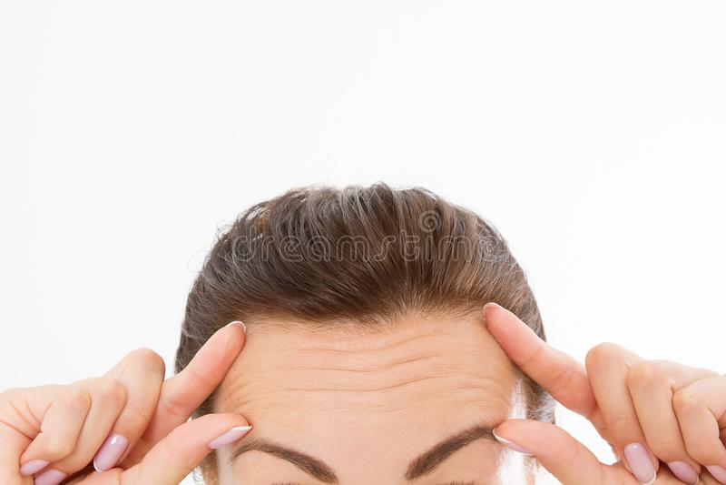 Macrovrouwengezicht met rimpels op het voorhoofd Collageen en gezichtsinjectiesconcept menopause Bebouwd beeld De ruimte van het  stock foto's