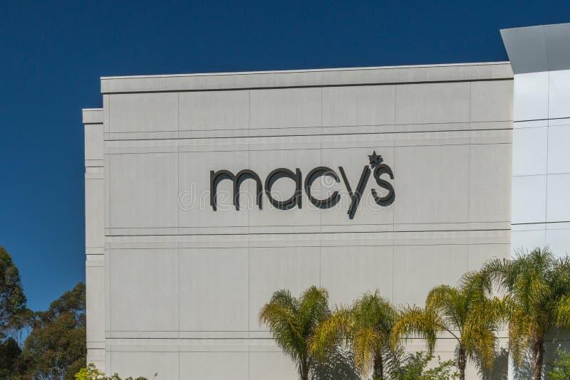 Macy' экстерьер и логотип универмага s стоковые фотографии rf