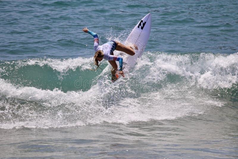 Macy Callaghan concurrençant dans l'US Open de surfer 2018 image stock
