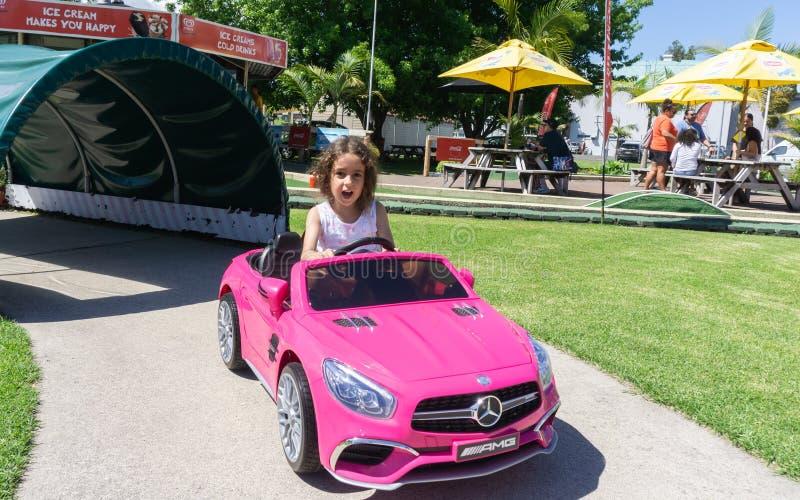 Macy dans la voiture de batterie rose de Mercedes image stock