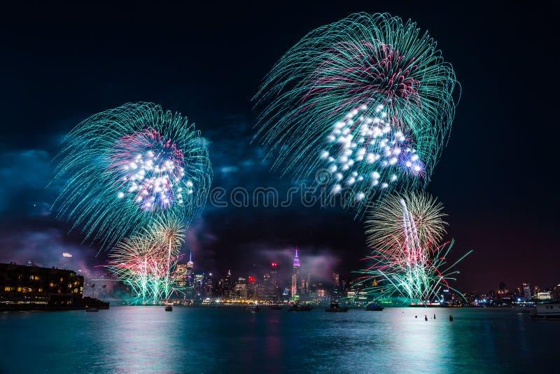Macy's 4. von Juli-Feuerwerken lizenzfreie stockbilder