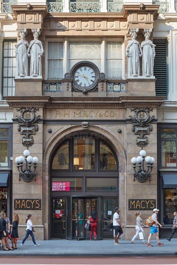 Macy ` s wydziałowego sklepu wejście z ludźmi, Nowy Jork fotografia royalty free