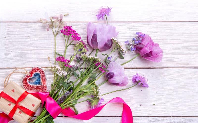 Maczki, bukiet wildflowers, prezent zdjęcie royalty free