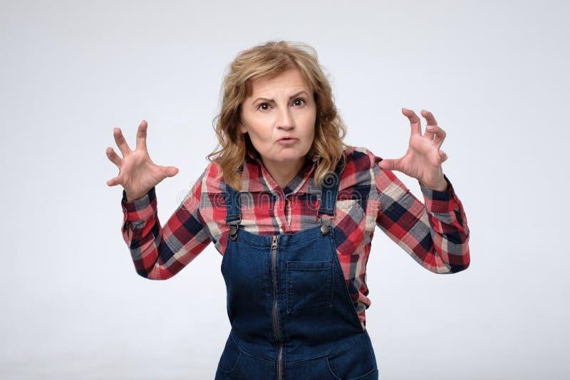 Mad, boos, boos, volwassen vrouw die boos op je was en je bedreigde stock afbeeldingen