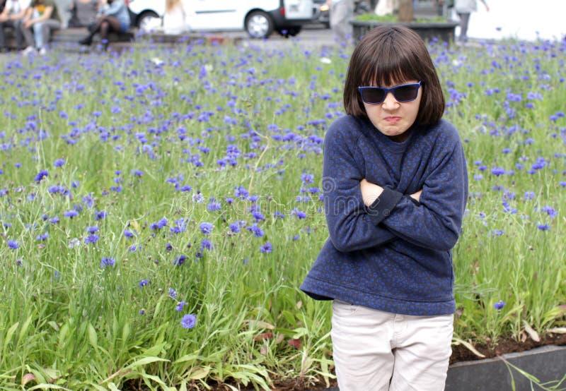 Mad Child, müde von Fußgängerspaziergängen in der Stadt, Arme überqueren lizenzfreie stockfotos