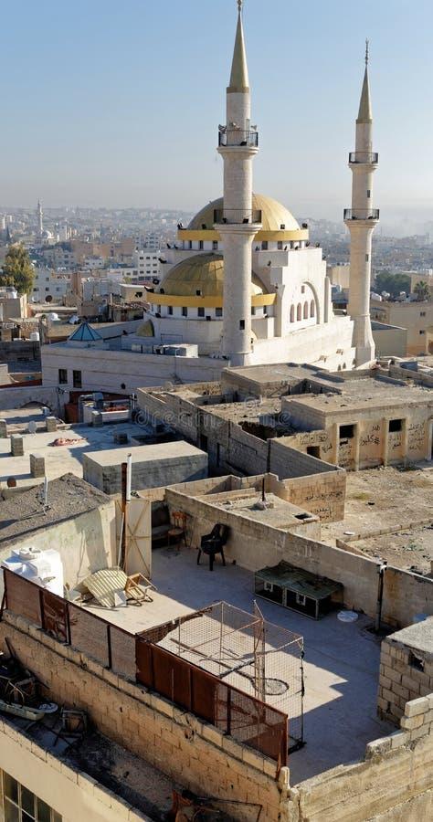 Madaba, Jordanie, le 11 mars 2018 : MPhoto de la partie du sud-ouest de Madaba avec la mosquée dans le premier plan, un ciel bleu photos libres de droits