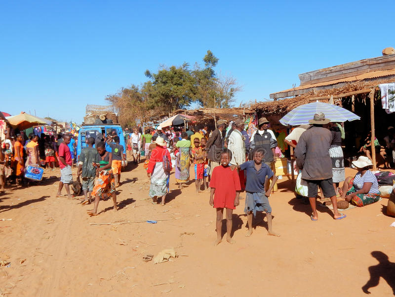Madagaskar-Dorf mit beschäftigtem lokal Wochenmarkt, Bevölkerung mit bunter Kleidung stockfoto