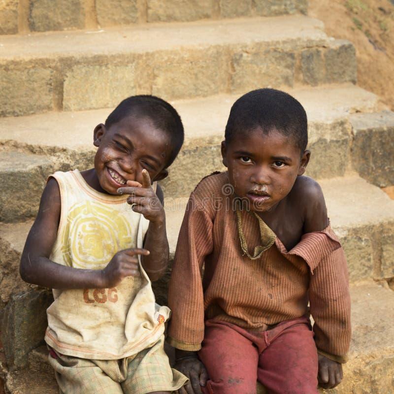 Madagassische Jungen, die Spaß mit getrocknetem Rotz haben lizenzfreie stockfotos