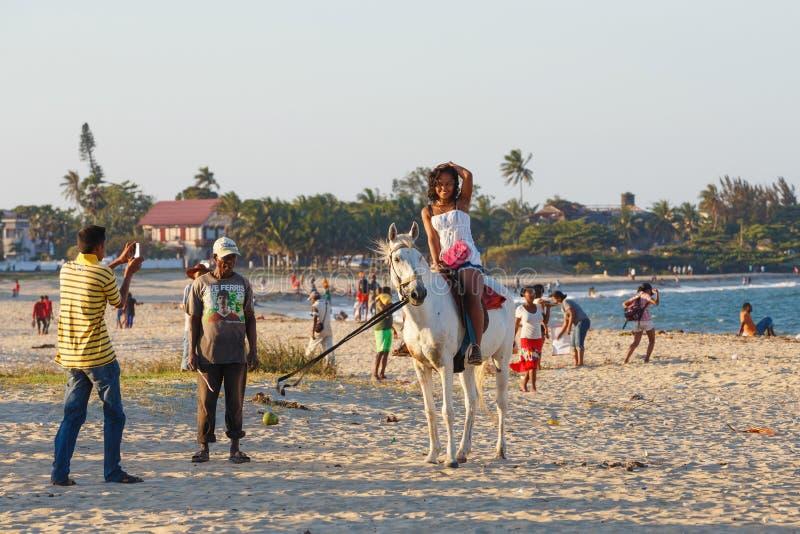 Madagassische Schönheit, schöne Mädchen reiten Pferd auf den Strand lizenzfreie stockfotografie