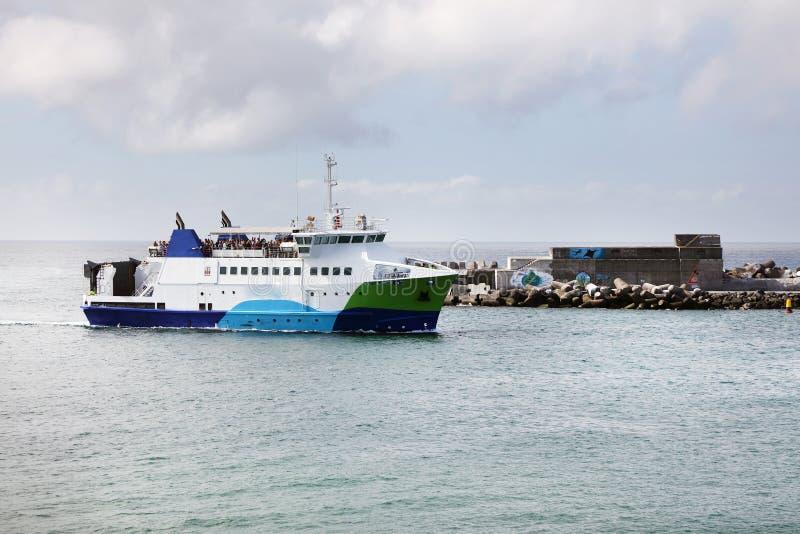 MADALENA, ПОРТУГАЛИЯ - 2-ОЕ АВГУСТА 2017: Вход в гавань Madalena делает Pico стоковая фотография rf
