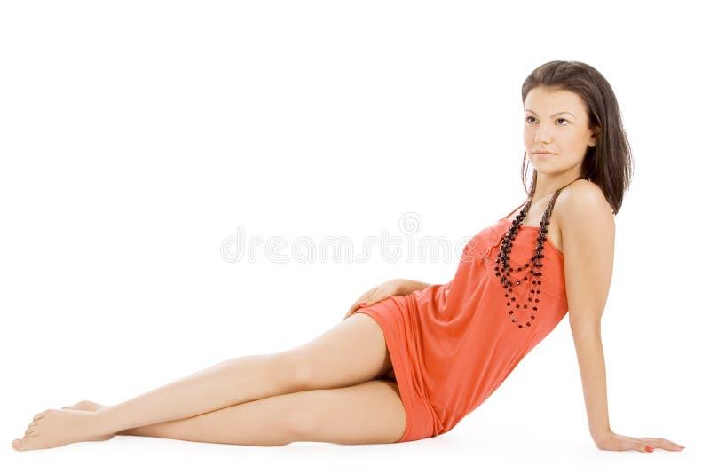Madame à l'arrière-plan blanc d'isolement menteur de robe rouge photographie stock