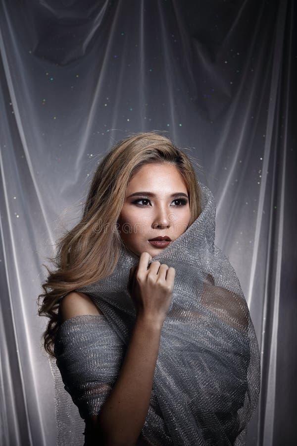 Madame à l'arrière-plan d'étoile avec drapent le tissu argenté gris ha de scintillement photographie stock libre de droits