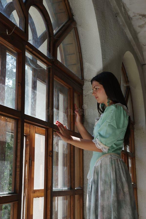 Madame à la fenêtre photographie stock libre de droits
