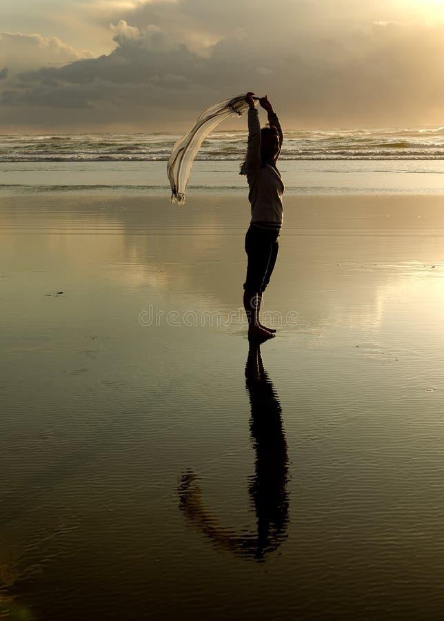 Madame à la plage avec l'écharpe photos libres de droits