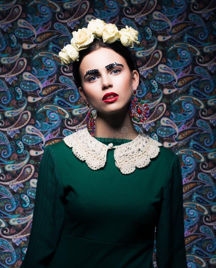 Madame élégante dans la robe et les roses vertes. Rétro type photo stock