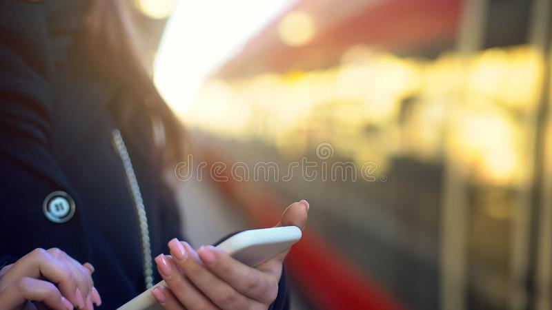 Madame achetant le billet pour le train, se tenant sur la plate-forme, système de paiement, plan rapproché images libres de droits