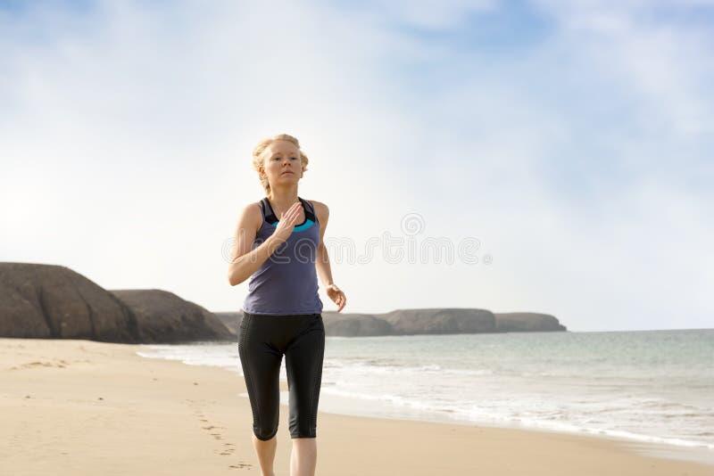 Madame active dans les vêtements de sport pulsant par le bord de mer image stock