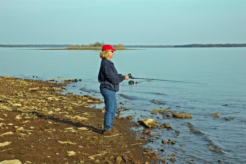 Madame au bord du lac photo stock