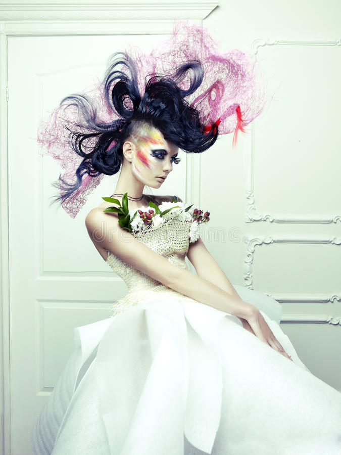 Madame avec le cheveu d'avant-garde image stock