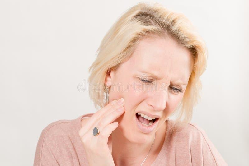 Madame avec le mal de dents en douleur et joue droite émouvante photos stock