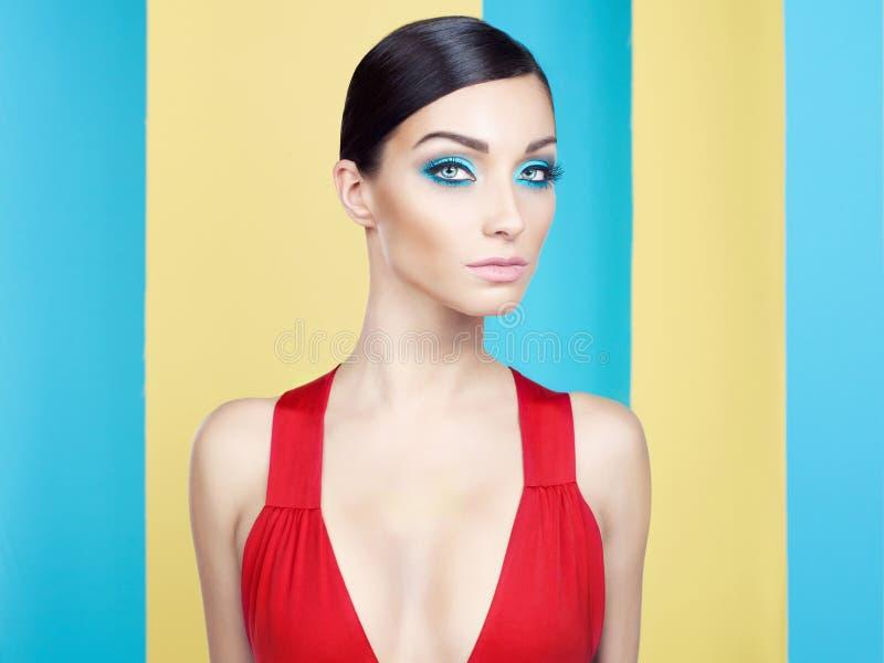 Madame avec le maquillage coloré photo stock