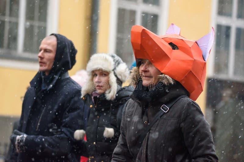 """Madame avec le masque de renard sur le chef R, marchant, par le temps neigeux chez """"mars pour les animaux à Riga, la Lettonie images libres de droits"""
