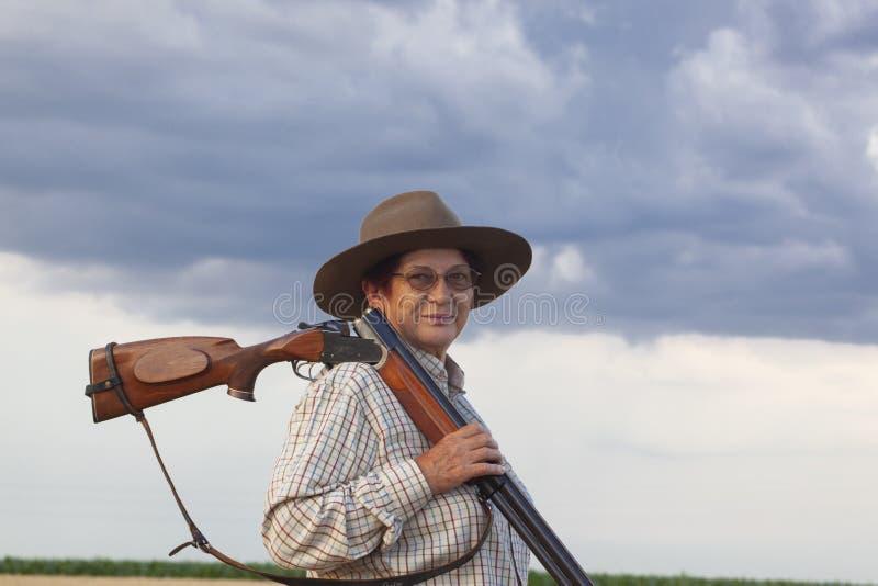 Madame avec le shootgun prêt pour la chasse avec le shootgun photo libre de droits