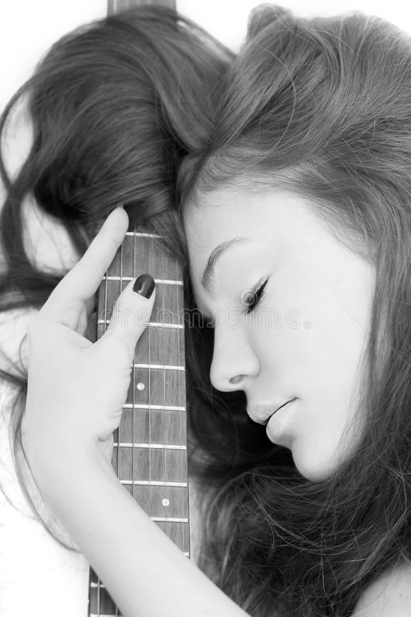 Madame avec une guitare photos stock