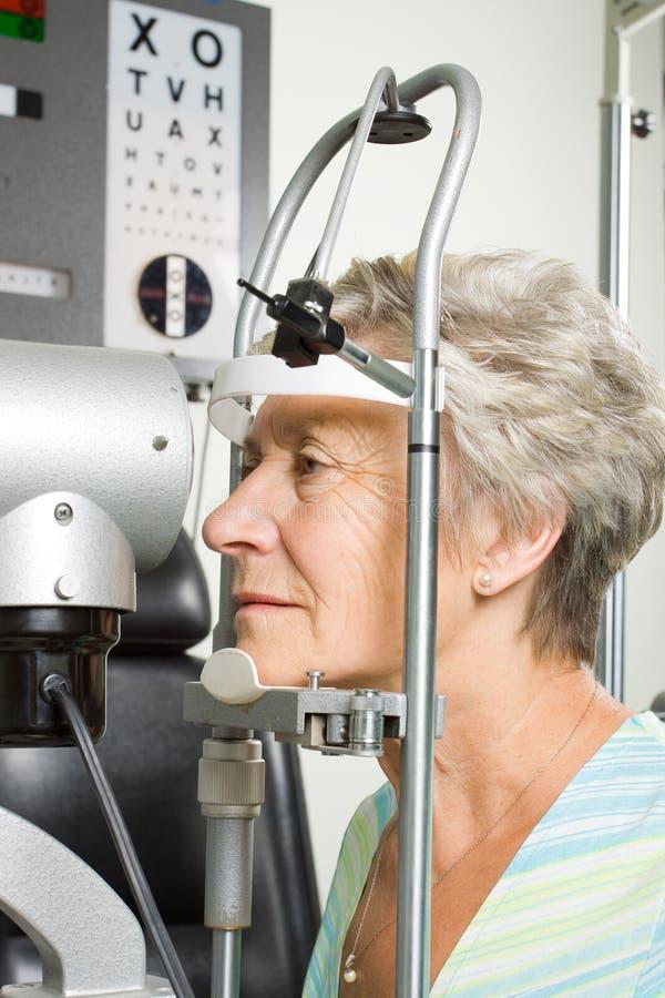 Madame ayant l'inspection d'essai d'oeil images stock
