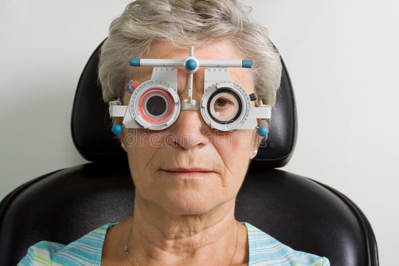 Madame ayant l'inspection d'essai d'oeil photos libres de droits
