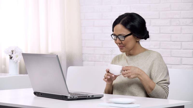 Madame causant dans le réseau social, flirtant sur dater le site Web, achats en ligne photographie stock libre de droits