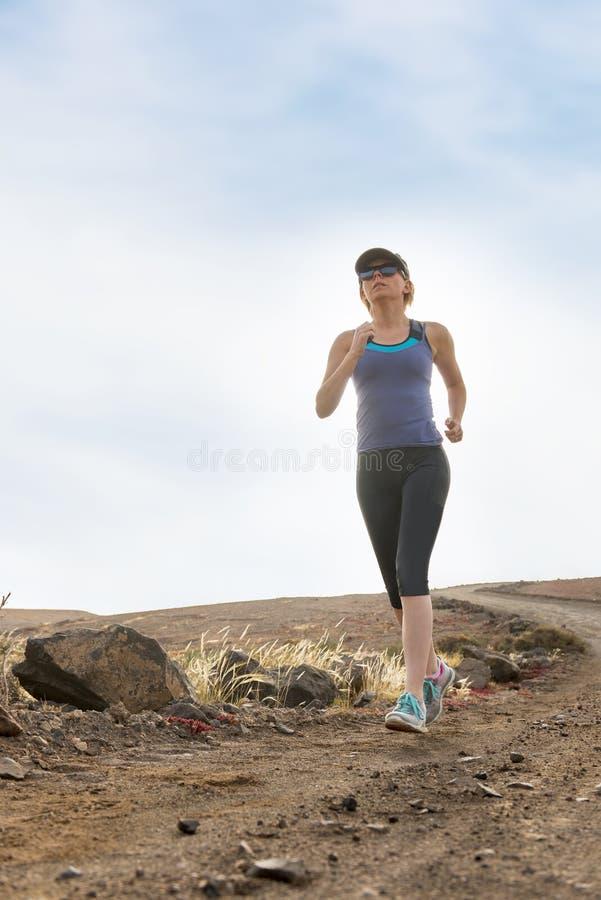 Madame convenable Running sur la traînée de saleté pendant le matin image libre de droits