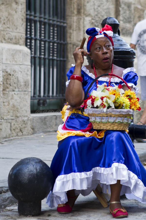 Madame cubaine de cigare photo libre de droits