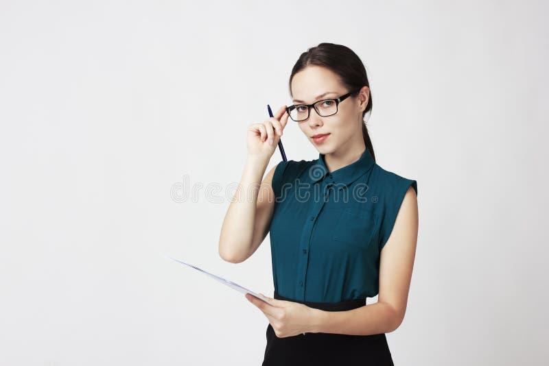 Madame d'affaires dans les verres et les documents dans les mains de photo stock