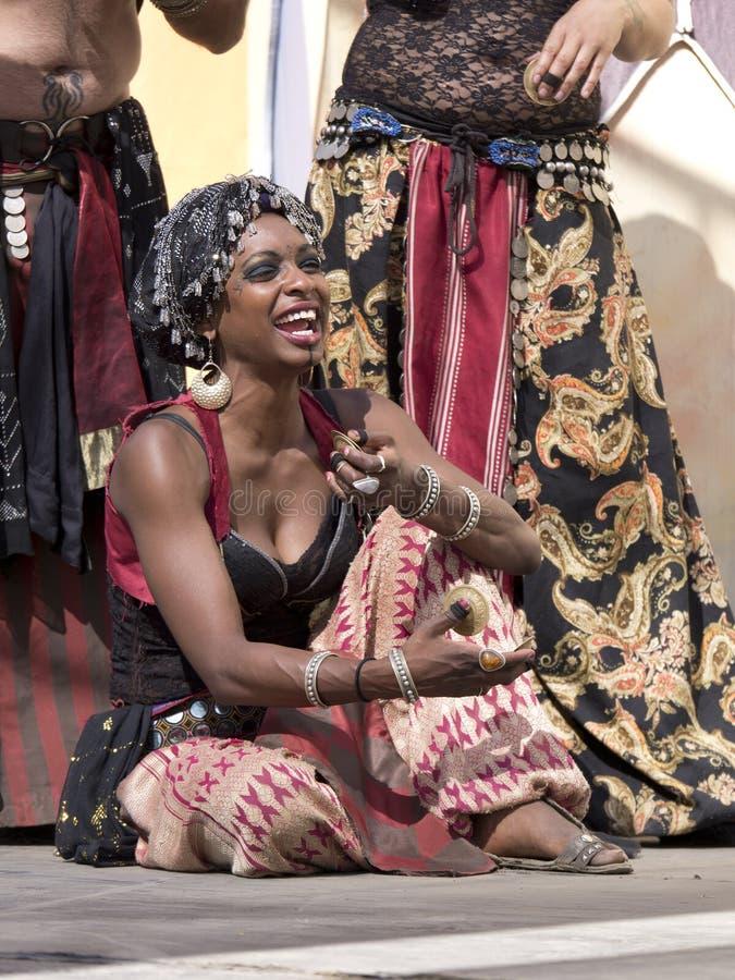 Madame Dancer dans le costume oriental (de Moyen-Orient) images stock