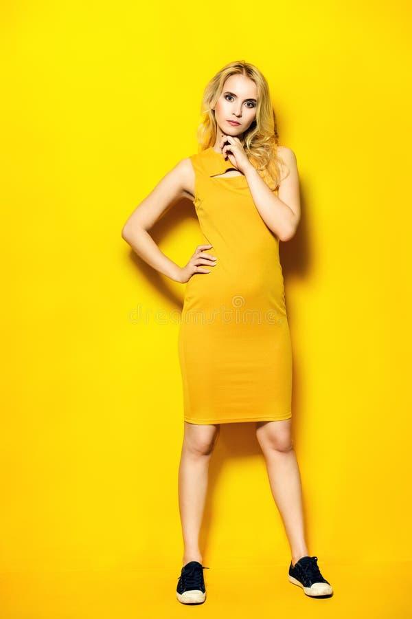 Madame dans la robe jaune photographie stock libre de droits