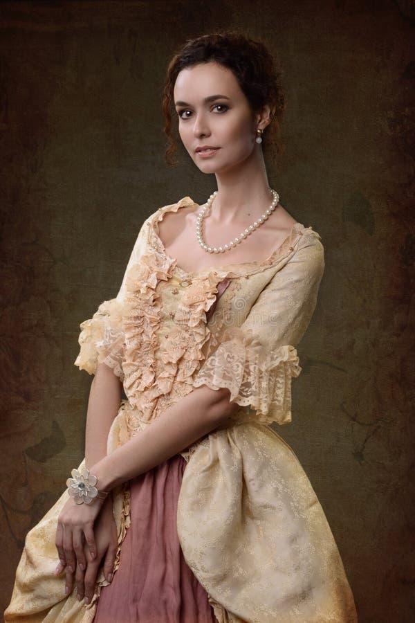 Madame dans la robe médiévale photo stock