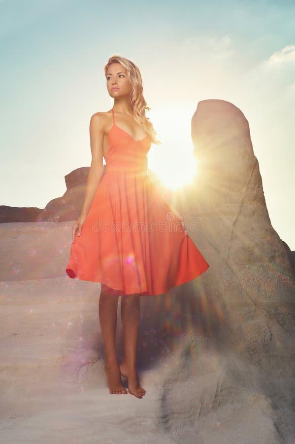 Madame dans la robe rouge dans un paysage peu commun images libres de droits