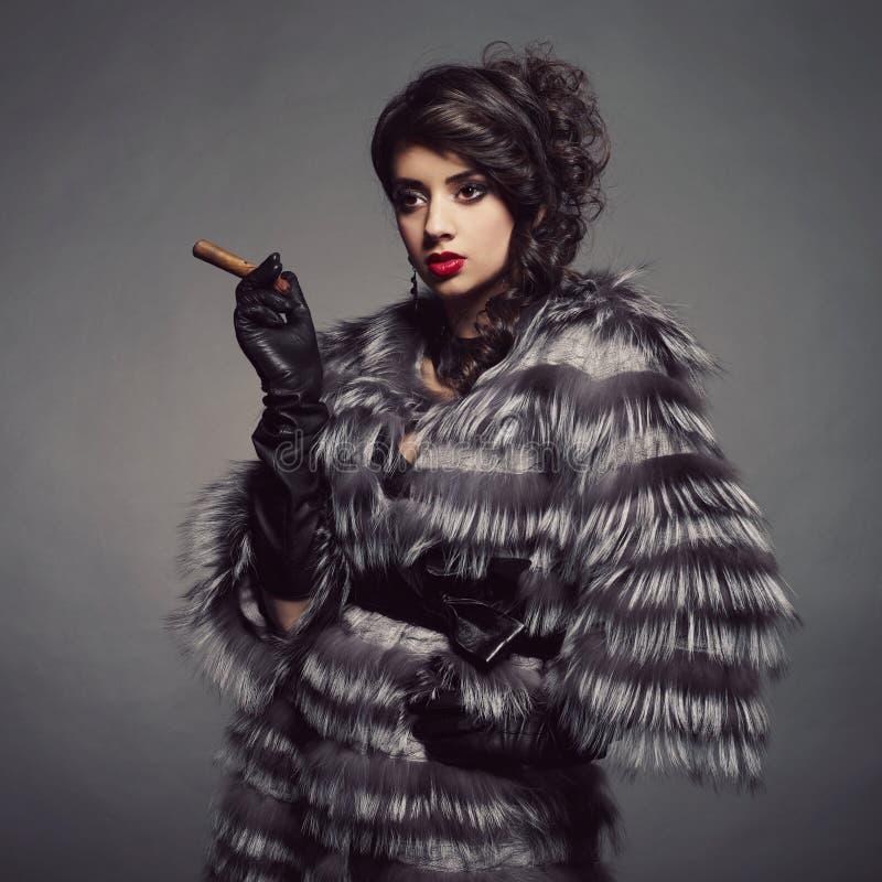 Madame dans le manteau de fourrure luxueux images stock