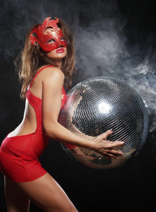 Madame dans le masque avec la boule de disco image stock