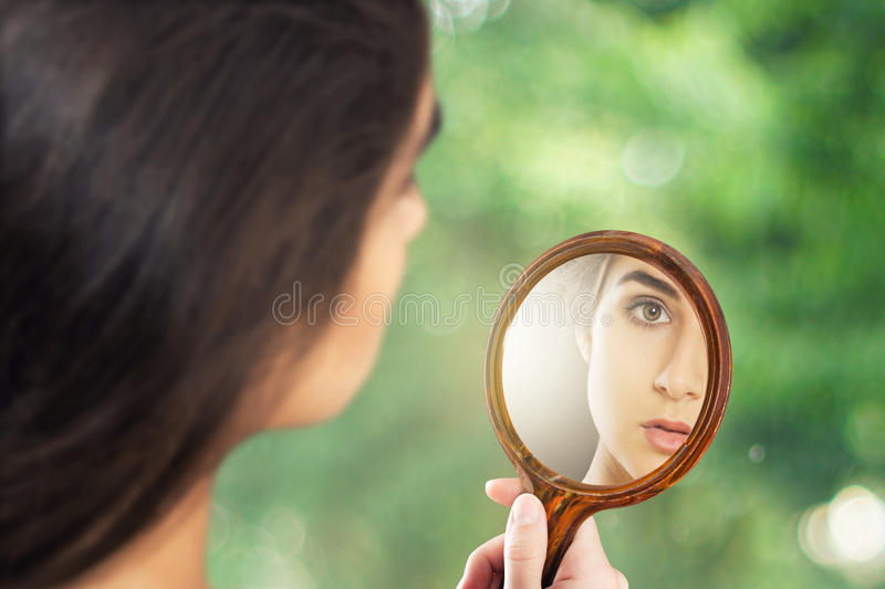 Madame dans le miroir photo stock