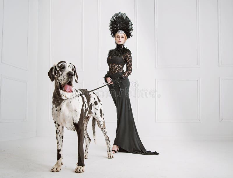 Madame dans le noir avec un chien amical images libres de droits